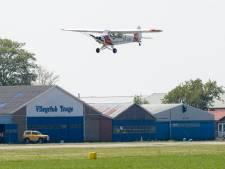 'Drie parachutesprongen op Teuge bijna geëindigd in botsing met vliegtuig'