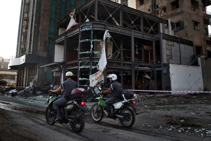 Politie agenten rijden door de stad op woensdagochtend, de dag na de explosie.