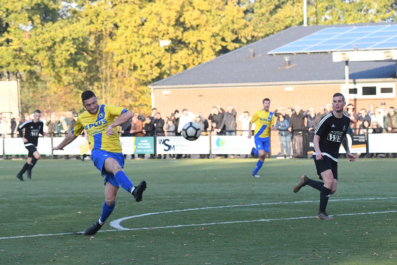 Bas van Doormalen haalt uit namens RKVVO voor de 3-0. Verdediger Tommy van de Wiel van Marvilde kijkt toe.