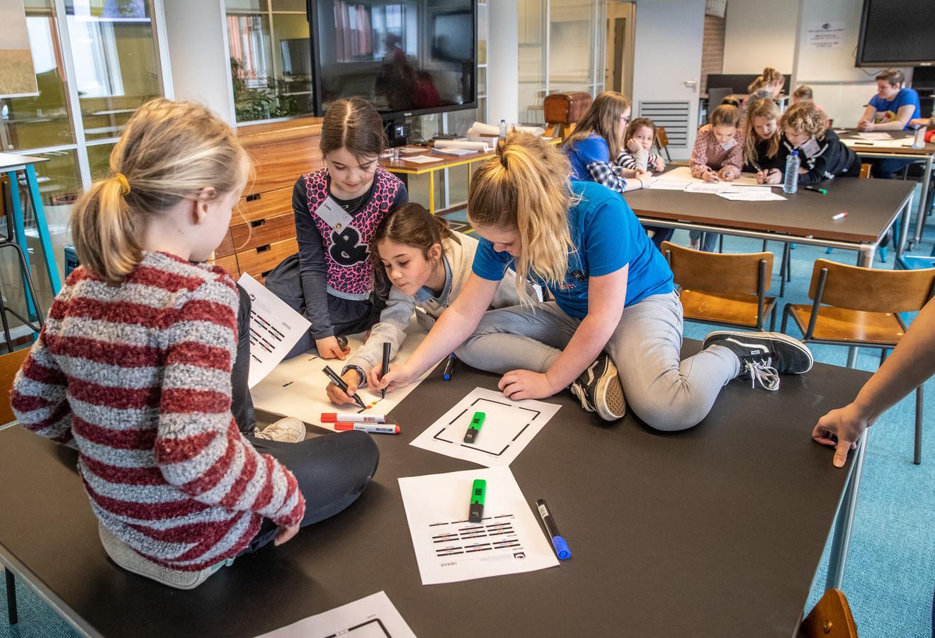 Meisjes van 8-16 jaar gaan op Windesheim aan de slag met programmeren van apps, games etc. Onder begeleiding van ICT'ers en studenten.© 2019 Frans Paalman Zwolle