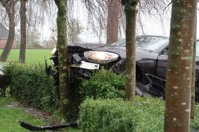 Een van de bestuurders reed na de botsing een stroomkast uit de grond en botste vervolgens tegen een boom in een voortuin.