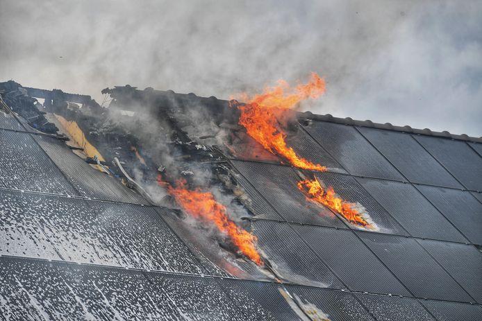 Brand in het dak van twee woningen in Waalre op 5 september door een montagefout van een onderaannemer bij de aanleg van zonnepanelen.