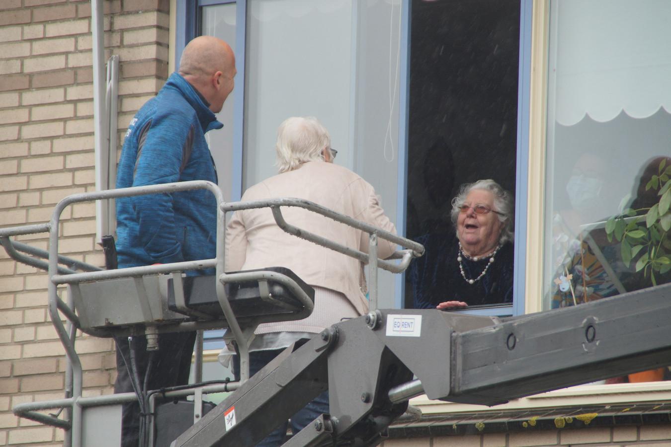Wil-Mien van de Waart vierde haar 97ste verjaardag tijdens de coronacrisis. Ondanks het verbod op bezoek, ging woonzorgcentrum Bernissesteyn in Zuidland creatief met haar verjaardag om.