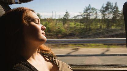 Waarom we altijd net op tijd wakker worden na een dutje op de trein, tram of bus