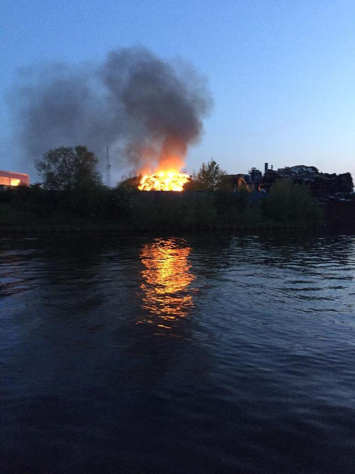 Afvalberg aan Rietveldenkade staat in brand in Den Bosch, gezien vanaf het water.
