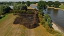 Een brand langs de IJssel bij Wilp zorgde ervoor dat een auto werd verwoest en een stuk land van ruim twee voetbalvelden groot in de as gelegd werd.