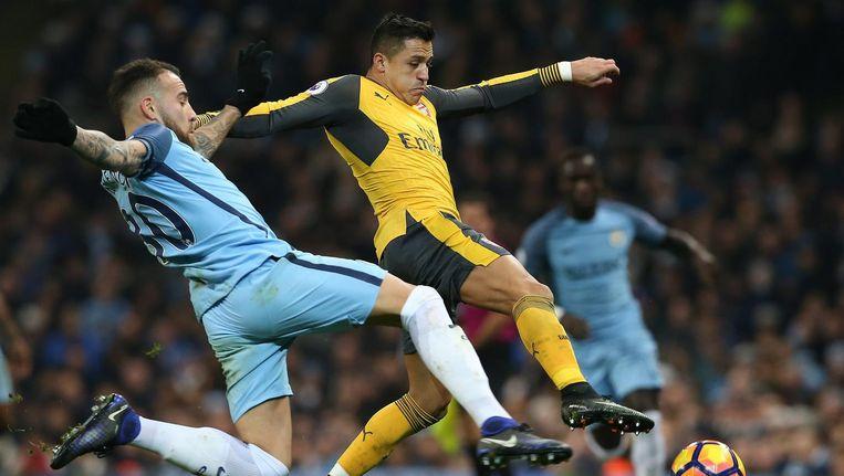Sanchez (r) in duel met Otamendi Beeld null