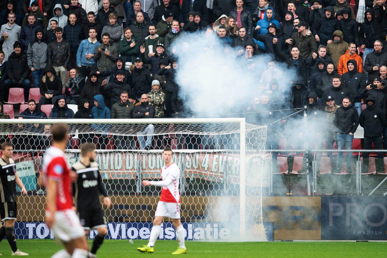 Het vuurwerk werd in de richting van Ajax-keeper André Onana gegooid.