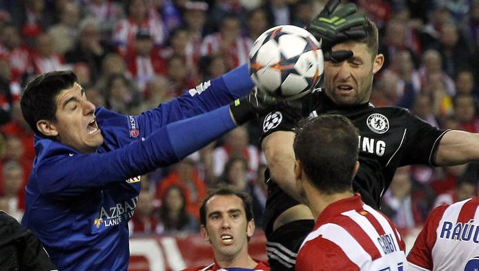 Thibaut Courtois in een fel luchtduel met Tim Cahill van Chelsea. Worden ze volgend seizoen ploegmaats?