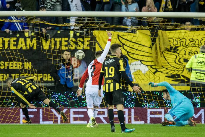 En meteen slaat Vitesse toe. Bryan Linssen (11, links) kopt de 2-1 binnen.