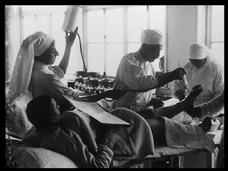Het enige beeld van Jane de Launoy (links). Het komt uit de film die het Amerikaanse Rode Kruis in 1917 opnam in L'Océan.