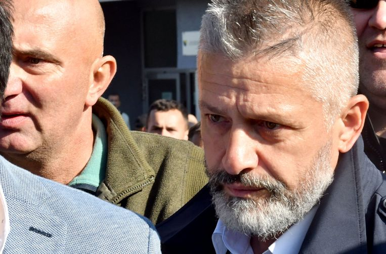 Naser Oric, commandant van de Bosnische moslims in Srebrenica en Bratunac tijdens de Bosnische oorlog in de jaren negentig, verlaat de rechtbank in de Bosnische hoofdstad Sarajevo, nadat hij daar was vrijgesproken van oorlogsmisdaden. Beeld AFP