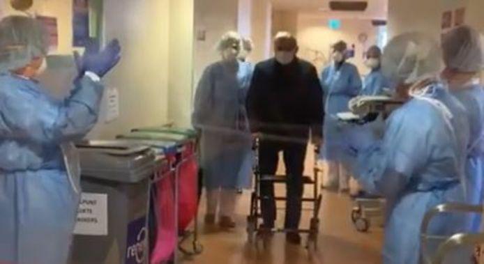Een genezen corona-patiënt wandelde begin april onder applaus van de afdeling af in het Isala ziekenhuis in Zwolle.