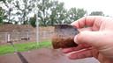 Een scherf met nagelindrukken uit de IJzertijd, gevonden bij afgravingen in Presikhaaf in Arnhem. ,,Deze scherf is een randfragment van een pot'', meldt archeoloog Leo Smole. ,,De geblakerde bovenkant doet vermoeden dat het een kookpot geweest zou kunnen zijn.''