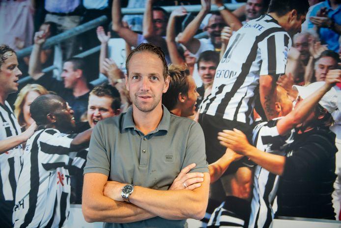 Mark Looms voor een foto van zijn oude ploeg. Hij speelde van 2000 tot 2012 bij Heracles. Deze zomer keert hij terug als jeugdtrainer.