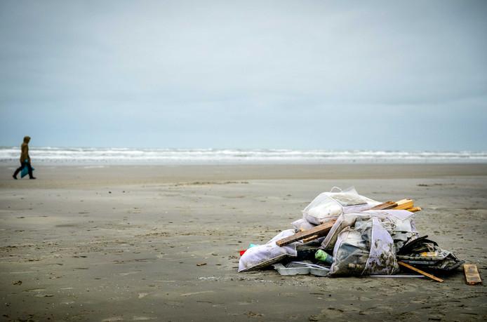Spullen op het strand van Schiermonnikoog die zijn aangespoeld nadat het vrachtschip MSC Zoe 270 containers was verloren.