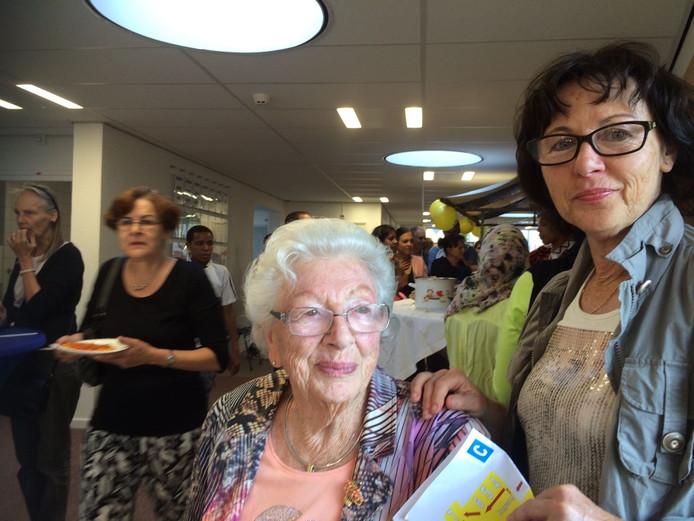Truus Soester met haar dochter Carla in het asielzoekerscentrum van Middelburg.