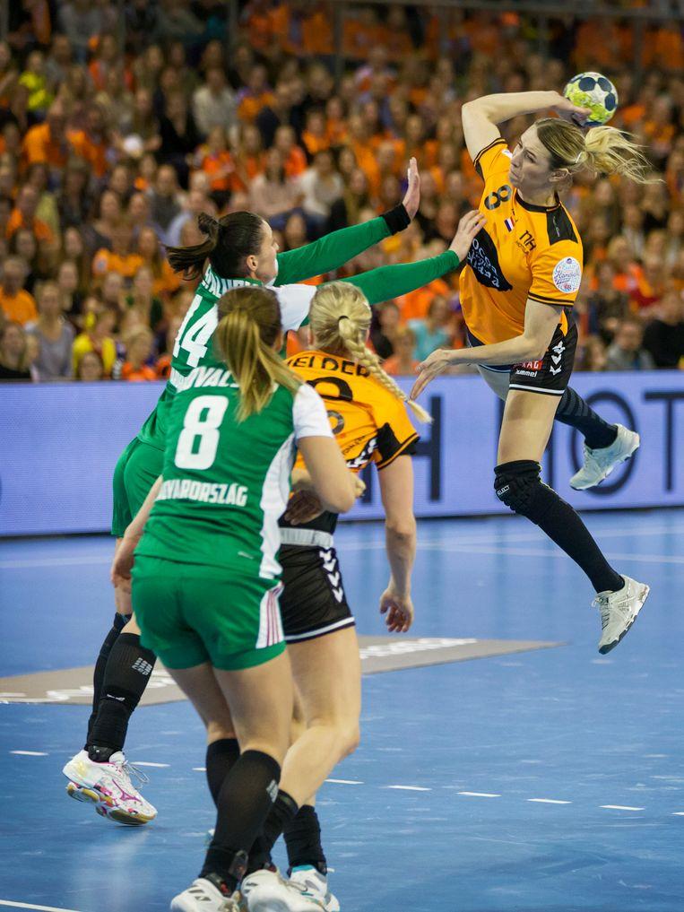 54 seconden waren er nog te spelen tegen Hongarije toen de stand 22-23 was. Eén Nederlands doelpunt zou genoeg zijn geweest voor kwalificatie voor het EK. Er zijn nog twee duels te gaan. Beeld Michael Kooren