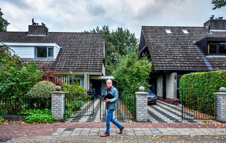 Buurtbemiddelaar Louis Dirks loopt door Eemnes.  Beeld Raymond Rutting