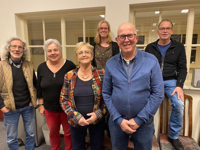 BERGEIJK - De dorpsraad van Bergeijk 't Hof, met van links naar rechts: Willie Jacobs, Thea de Valk, Agaath Bussing, Jennifer van Deursen, Frans Pasmans (voorzitter) en Ad van Poppel.