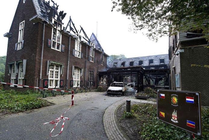 Het zwartgeblakerde karkas van het gemeentehuis in Waalre. foto ANP