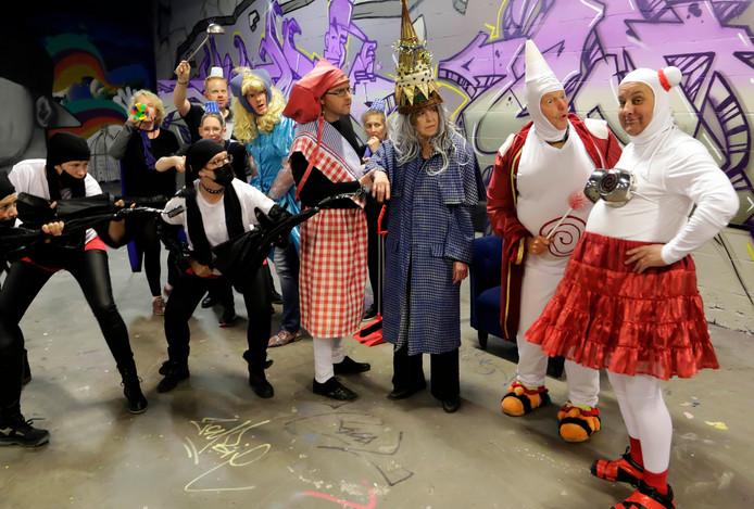 De cast bij een repetitie.