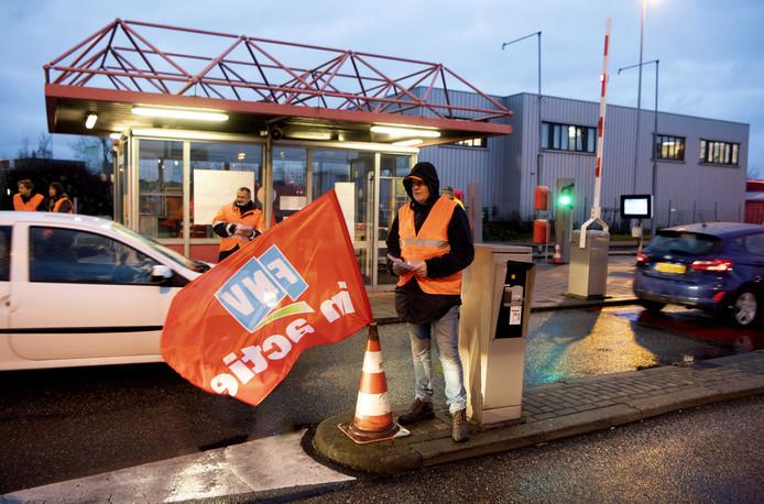 Medewerkers van Tata Steel voeren een onaangekondigde actie bij de toegangspoorten van de staalfabriek. De actievoerders delen flyers uit bij drie toegangspoorten.