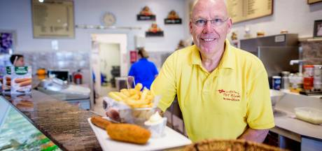 Snackbarhouder Joop houdt dapper vol in Wesselerbrink: 'Ik schil elke dag 100 kilo aardappels'