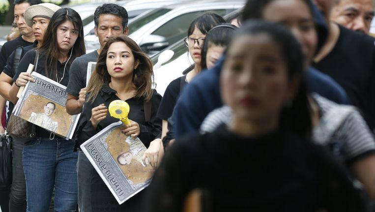 Inwoners van Bangkok, gekleed in het zwart. Beeld EPA