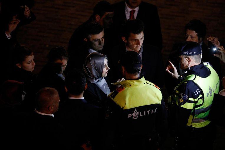 Deze foto van de Turkse minister Kaya van Familie maakte onze fotograaf Freek van den Bergh vanavond in Rotterdam. Hier werd haar te kennen gegeven dat ze het consulaat niet in mocht en moest vertrekken. Beeld null