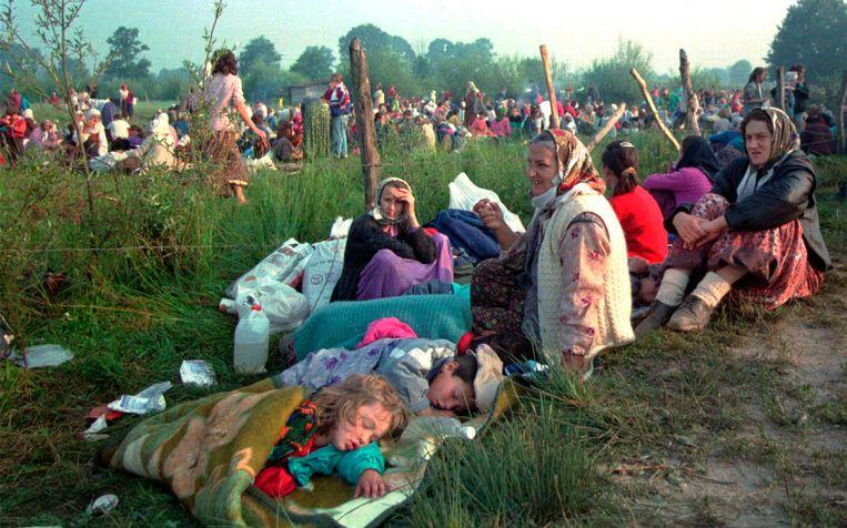 Vluchtelingen uit Srebrenica bij de VN-basis bij het vliegveld van Tuzla, 1995 Beeld AP