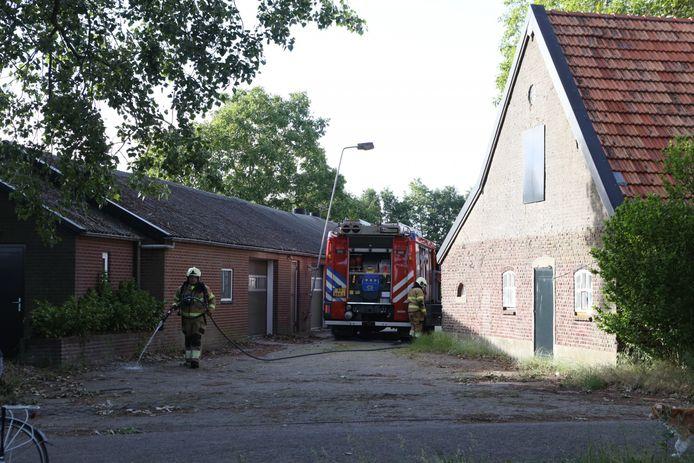 Schutting in brand achter woning in Veghel.