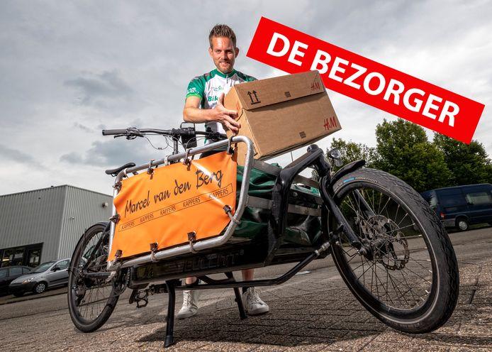 """Fietskoerier Marc Veldkamp brengt pakketten rond met de bakfiets maar krijgt soms van klanten als dank iets toegestopt. ,,De waardering is ontzettend fijn."""""""
