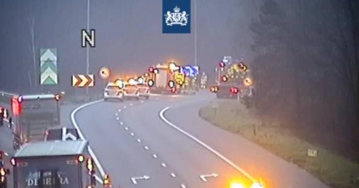 Aansluiting van snelweg A50 naar A12 bij Arnhem dicht na ongeluk.