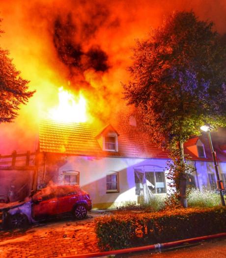 Oud pand in Bergeijk deels verwoest nadat cabrio vlam vatte, bewoners vermoeden brandstichting
