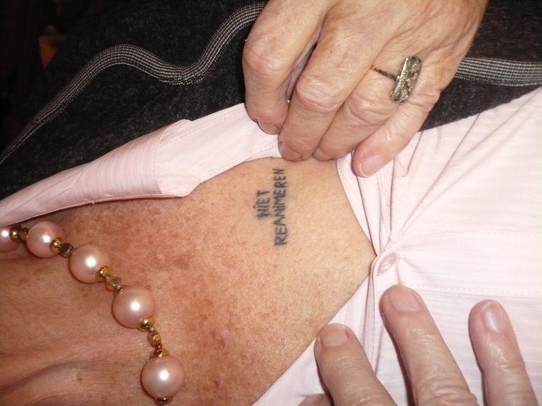 De tekst 'niet reanimeren' op de linkerborst van een 88-jarige mevrouw. Beeld