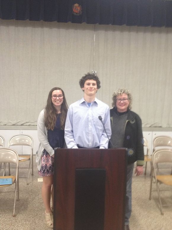 Mollie met haar tweede broer Scott en mama Laura.