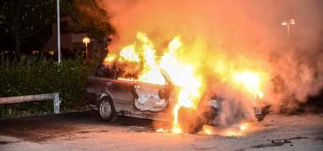Gemaskerde jongeren steken in Zweden 88 auto's in brand
