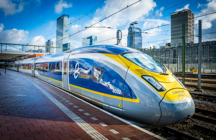 Een internationale trein op Rotterdam centraal station.