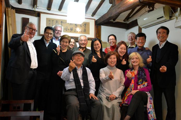 De Gorcumse burgemeester Reinie Melissant met leden van de Korea Hamel Foundation in Korea.