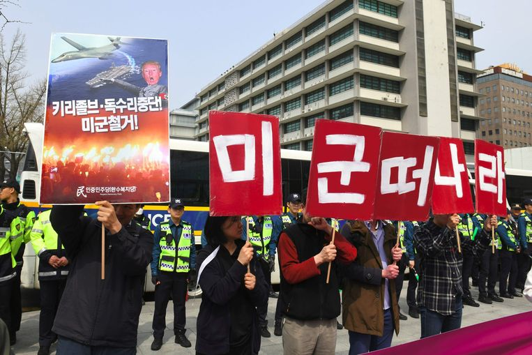 Zuid-Koreaanse  demonstranten houden borden omhoog waarop ze de terugtrekking van de Amerikaanse troepen uit het land eisen. De foto werd op 31 maart van dit jaar gemaakt, vlak voor de gezamenlijke jaarlijkse militaire oefening van de VS en Zuid-Korea.