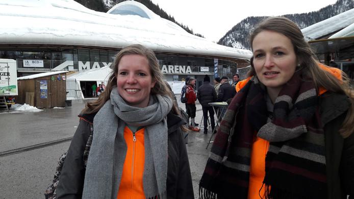 Elles en Aniek steunden Carlijn Achtereekte.