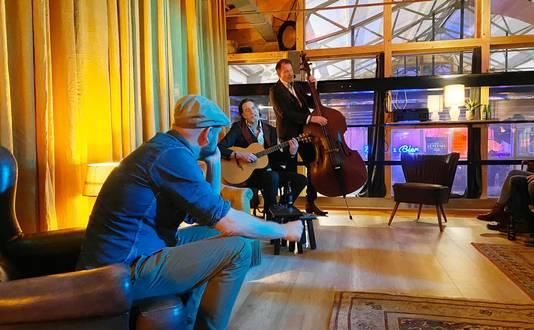 Piet van Beurden en de artiesten Ton en Tonnie tijdens een gratis verhalen-sessie.