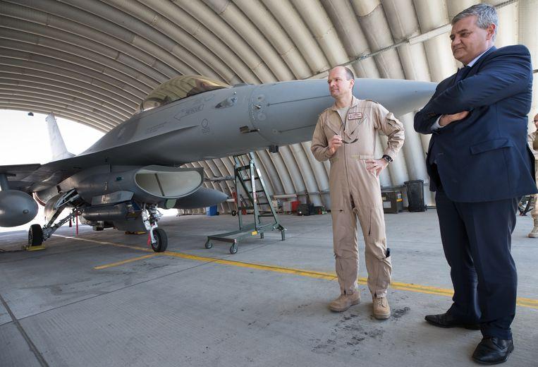Generaal-majoor Frederik Vansina en minister Vandeput bij een Belgische F-16 in Jordanië twee weken geleden.