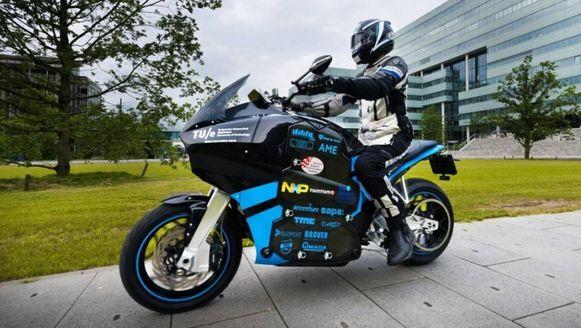 Vanuit Eindhoven is zondag een studententeam vertrokken voor een wereldreis op zelfgebouwde elektrische toermotorfietsen.