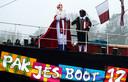 Sinterklaas komt dit jaar voor het eerst niet per boot, maar per trein aan in Nederland. De goedheiligman en zijn gevolg komen met een historische stoomtrein naar Apeldoorn. Daar vindt zaterdag de landelijke intocht plaats.