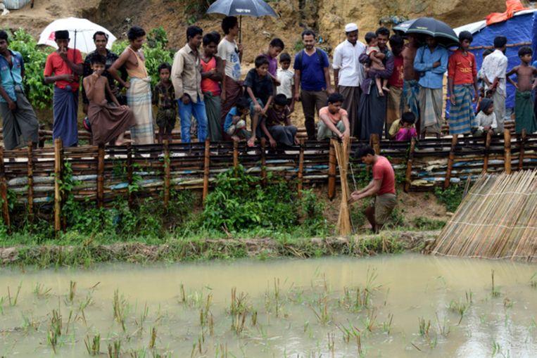 Vluchtelingen staan aan de kant na een storm bij het Chakmarkul vluchtelingenkamp in Bangladesh. Beeld null