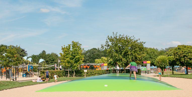 De airtrampoline in de speeltuin vervangt de trampolines aan de ingang van de Lange Rekstraat.