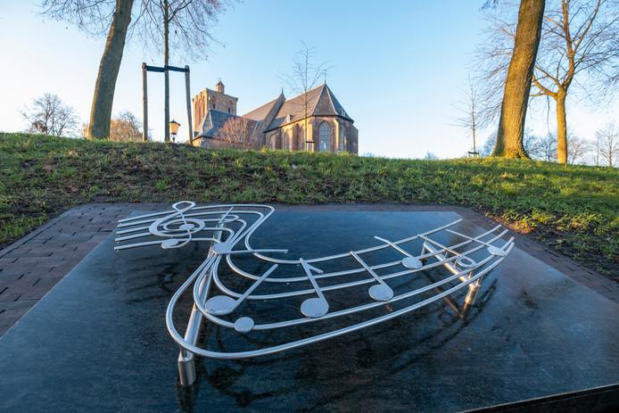 Het monument dat in 2004 op de stadswal van Elburg werd geplaatst om de slachtoffers van De Lofstem te herdenken. De zeven noten symboliseren de zeven slachtoffers van de busramp.