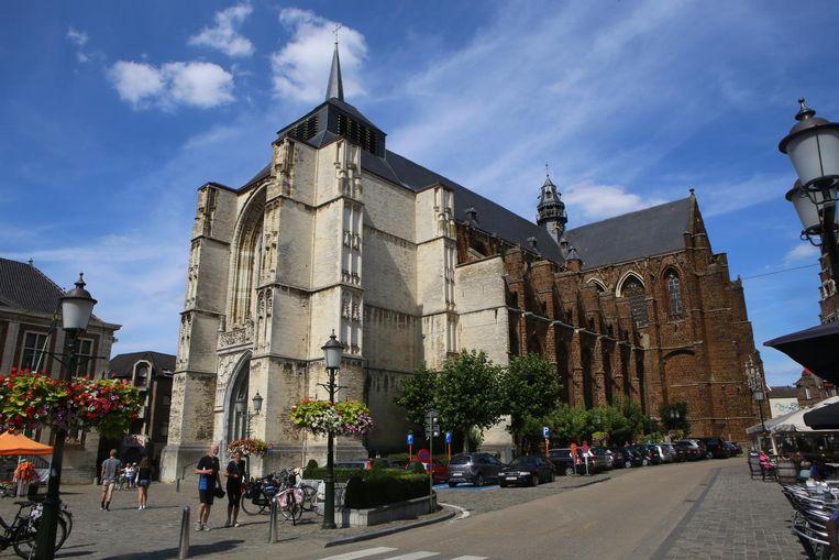 Het kruis op een van de torens van de Sint-Sulpitiuskerk hangt vervaarlijk scheef.